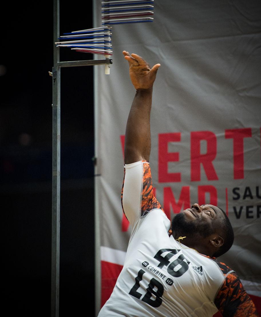 Alex Ogbongbemiga lors d'un saut vertical lors du camp national d'évaluation de la LCF 2016, présenté par adidas. (LCF/Johanny Jutras)