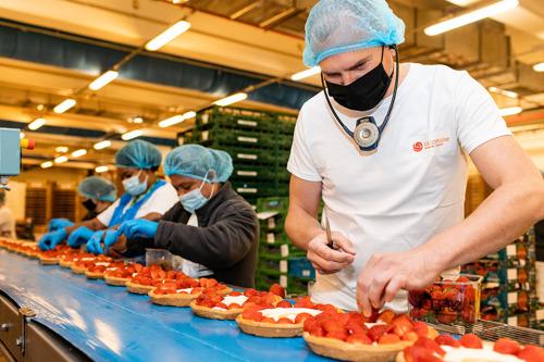 Vlaams Minister Diependaele bakt aardbeientaarten in La Lorraine Ninove tijdens Voka Zomerstage