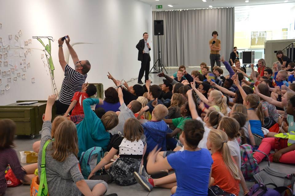 Wim Opbrouck leest voor uit 'De Vijand' aan meer dan 100 Leuvense schoolkinderen (c) M - Museum Leuven
