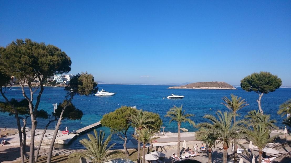 ...wo uns dieser Ausblick erwartete: Sonne, Strand und Meer haben bereits bei der Ankunft Lust auf mehr gemacht.