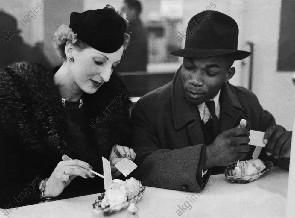 Man and woman eating ice cream in a cafe in England. Photo: Leif Geiges,1940<br/>AKG3023023