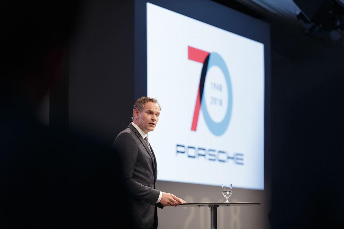"""""""Porsche siempre será Porsche, la marca líder en exclusividad, deportividad y movilidad"""", dijo Oliver Blume, Presidente del Consejo Directivo de Porsche AG."""