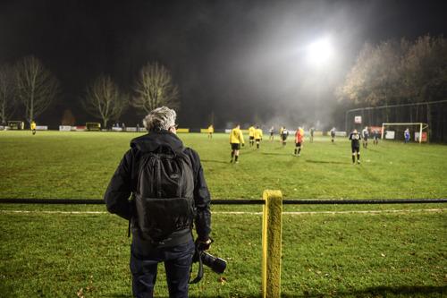 """DDB Brussels et Volkswagen entretiennent la nostalgie du football avec le """"groundhopper"""" Jurgen Vantomme."""