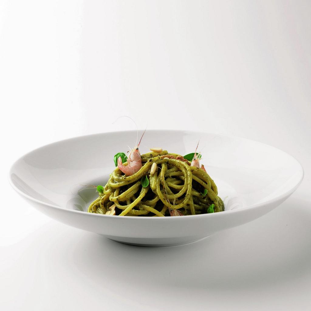 Spaghettoni met pesto alla genovese en garnalen