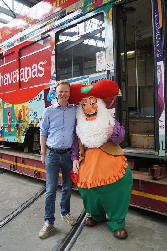 Steve Van den Kerkhof (CEO Plopsa Group) en kabouter Plop voor de nieuwe aanwinst. (Foto: Plopsa Group)
