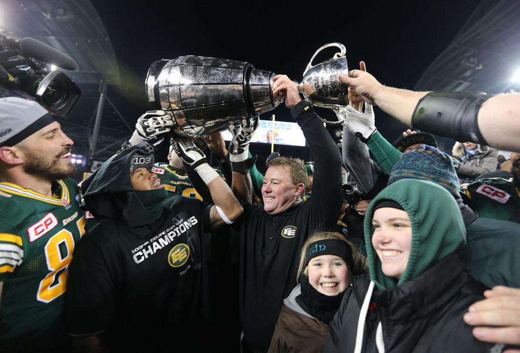 L'entraîneur-chef des Eskimos d'Edmonton, Chris Jones, et ses joueurs célèbrent à la suite de leur victoire sur le ROUGE et NOIR d'Ottawa lors de la 103e Coupe Grey, en novembre dernier, à Winnipeg. (CFL/Jason Halstead)