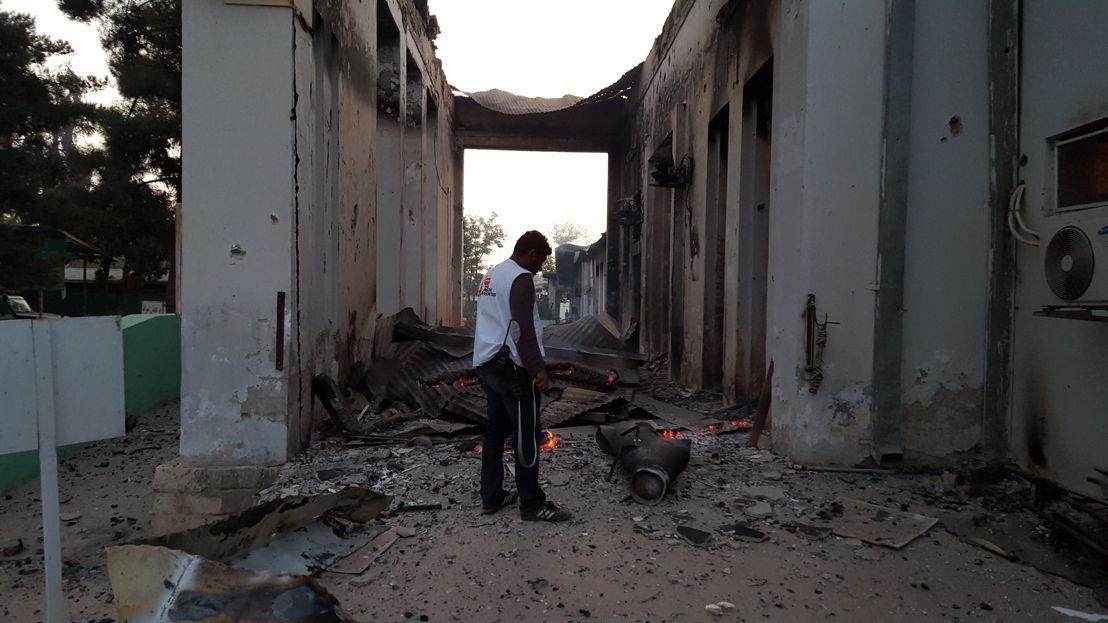 Een medewerker overschouwt de schade na de aanval op het traumacentrum in Kunduz