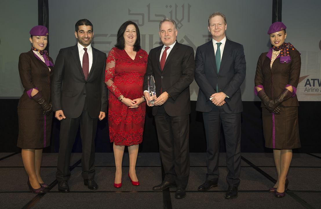 v.l.n.r.: Hareb AlMuhairy,Senior VP Corporate & International Affairs; Karen Walker, ATW Editor-in-Chief; James Hogan, President and CEO; James Rigney, CFO