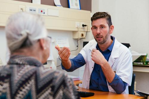 Leuvense professor wil verkeerd en overmatig medicatiegebruik bij ouderen aanpakken