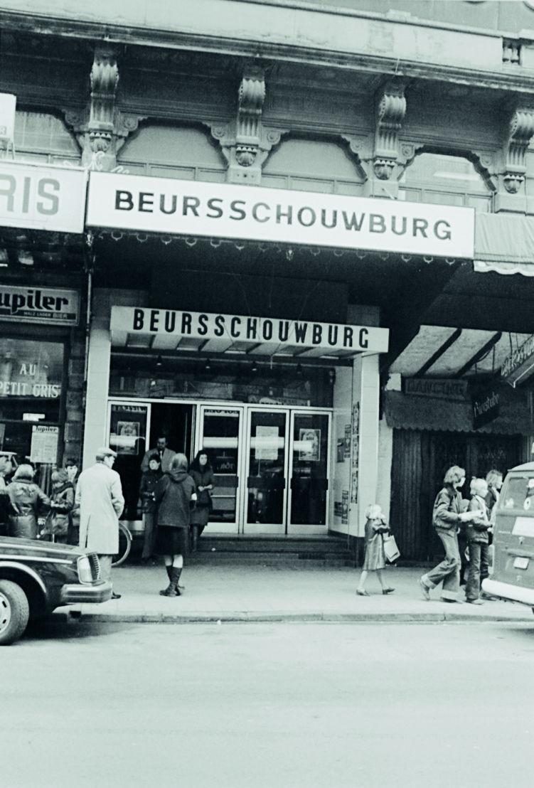De Beursschouwburg met roetzwarte gevel, ca. 1975. Foto's archief Beursschouwburg
