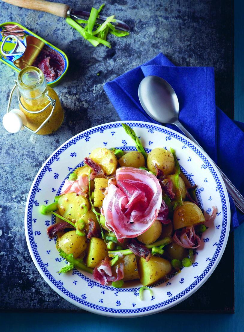 Aardappelsalade met groene asperges, lente-ui, kappers, ansjovis en pancetta.