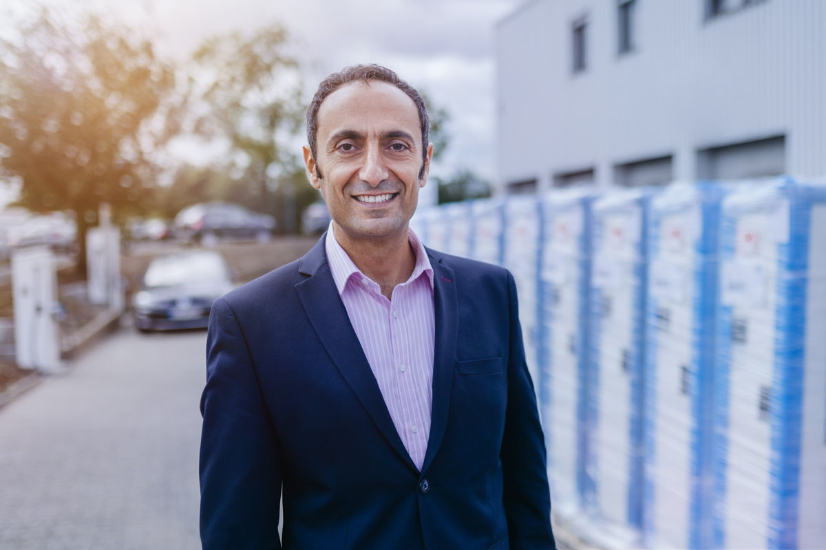 Co-CEO Checrallah Kachouh vor einer versandfertigen Palette der Cito-Ladesäulen