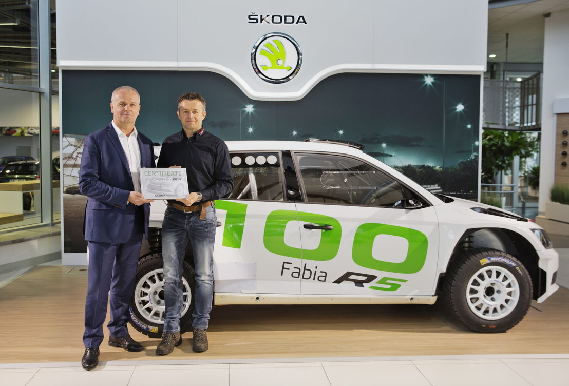 Erik Wevers' (right) team received the 100th car in Mladá Boleslav. According to ŠKODA Motorsport Director Michal Hrabánek (left), the handover marks another milestone for the successful ŠKODA FABIA R5.