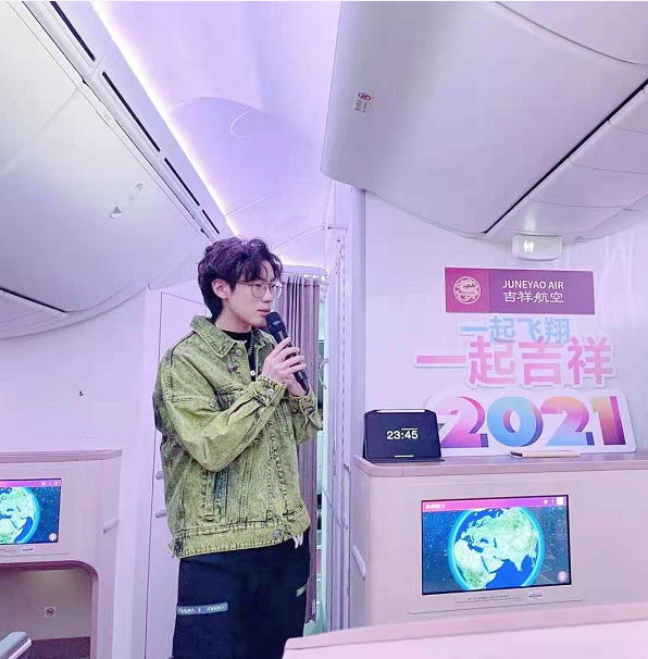 Singer-songwriter Huang Weiming rang in the New Year with a silent concert aboard a Juneyao Air flight from Sanya to Shanghai