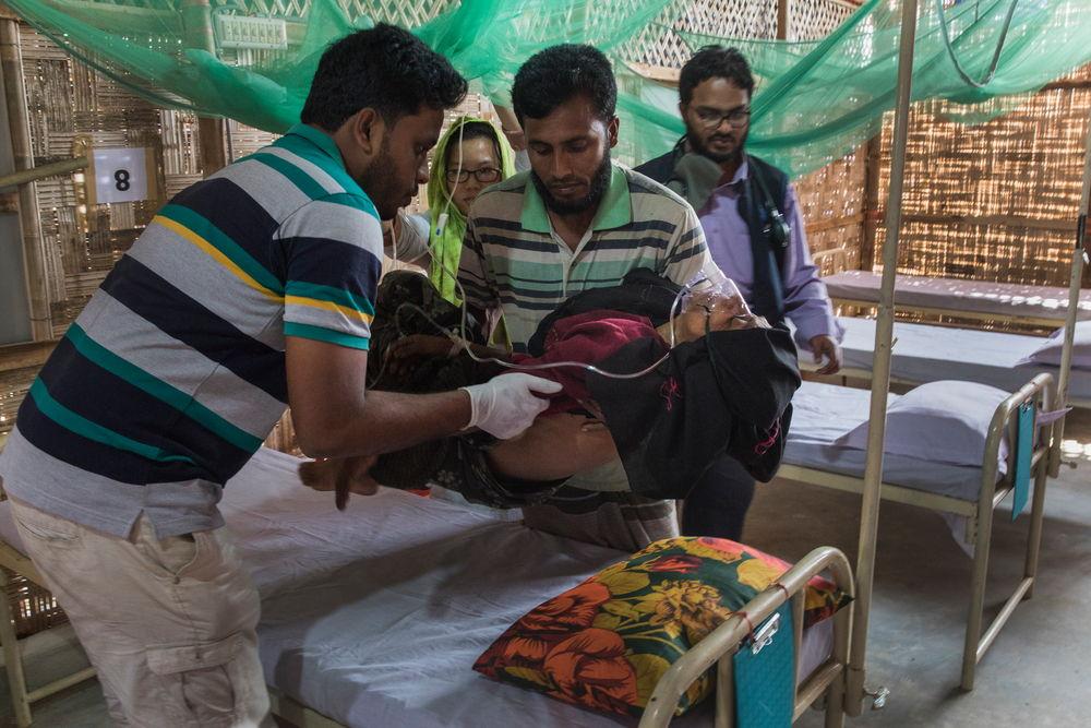 Een patient komt toe in het gezondheidscentrum van Jamtoli © Anna Surinyach