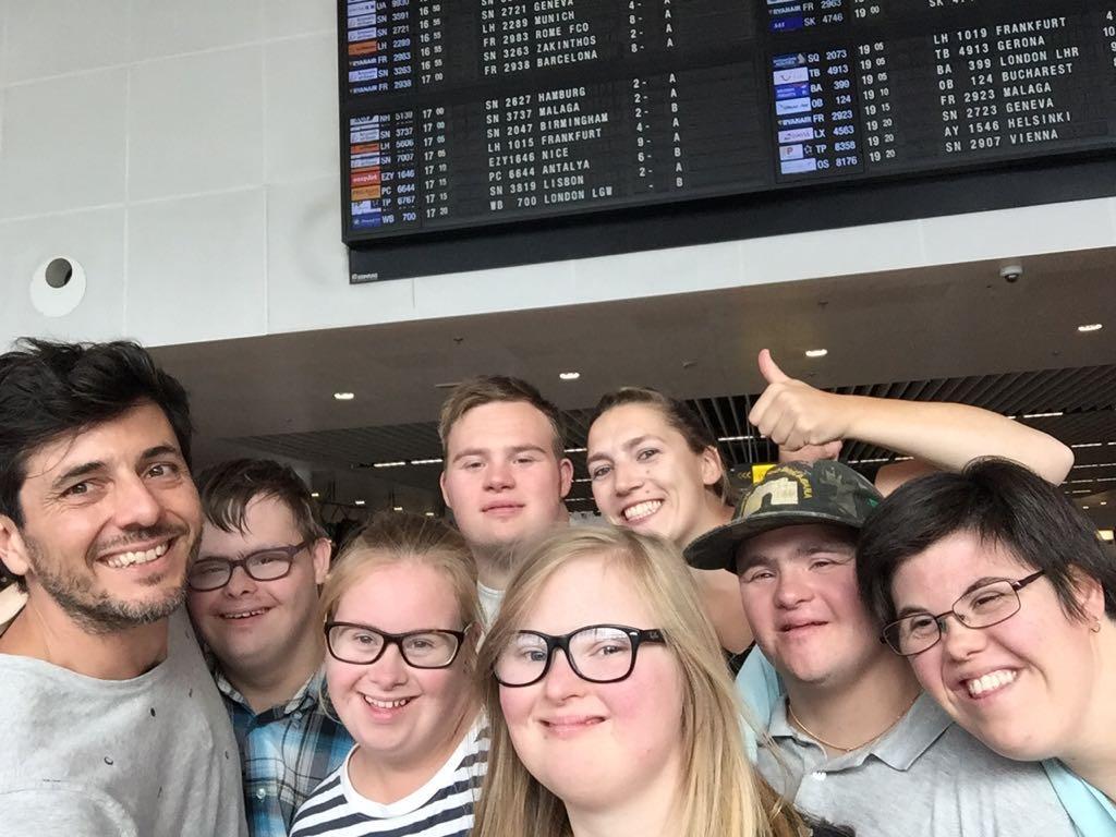 Down the road - De groep op de luchthaven, net voor vertrek
