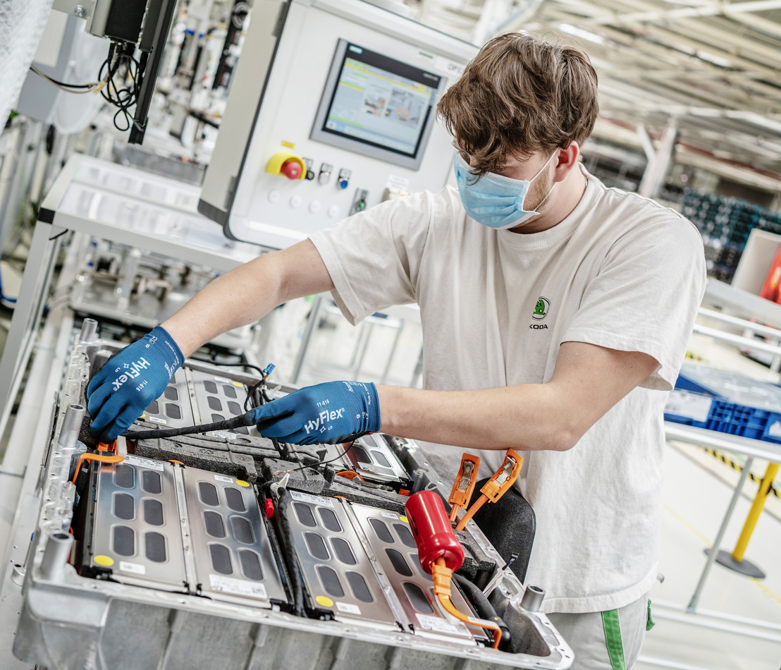 ŠKODA AUTO produces 100,000th battery for models with plug-in hybrid drivetrain