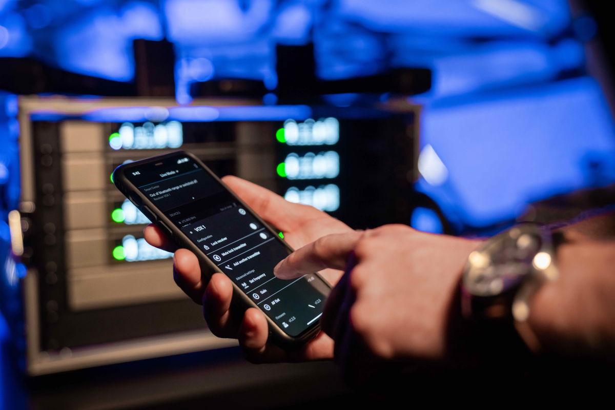 Technik aus höheren Sennheiser-Serien macht Frequenzberechnung zu einer Sache der Vergangenheit. Ob es ein Auftritt der Schulband ist oder eine Rede bei einer Firmenveranstaltung – die App scannt einfach den Raum und findet die besten Frequenzen