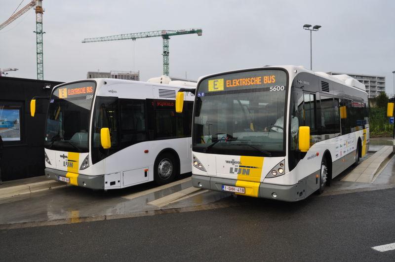 2 inductief geladen, volledig elektrische bussen op de stelplaats in Brugge.