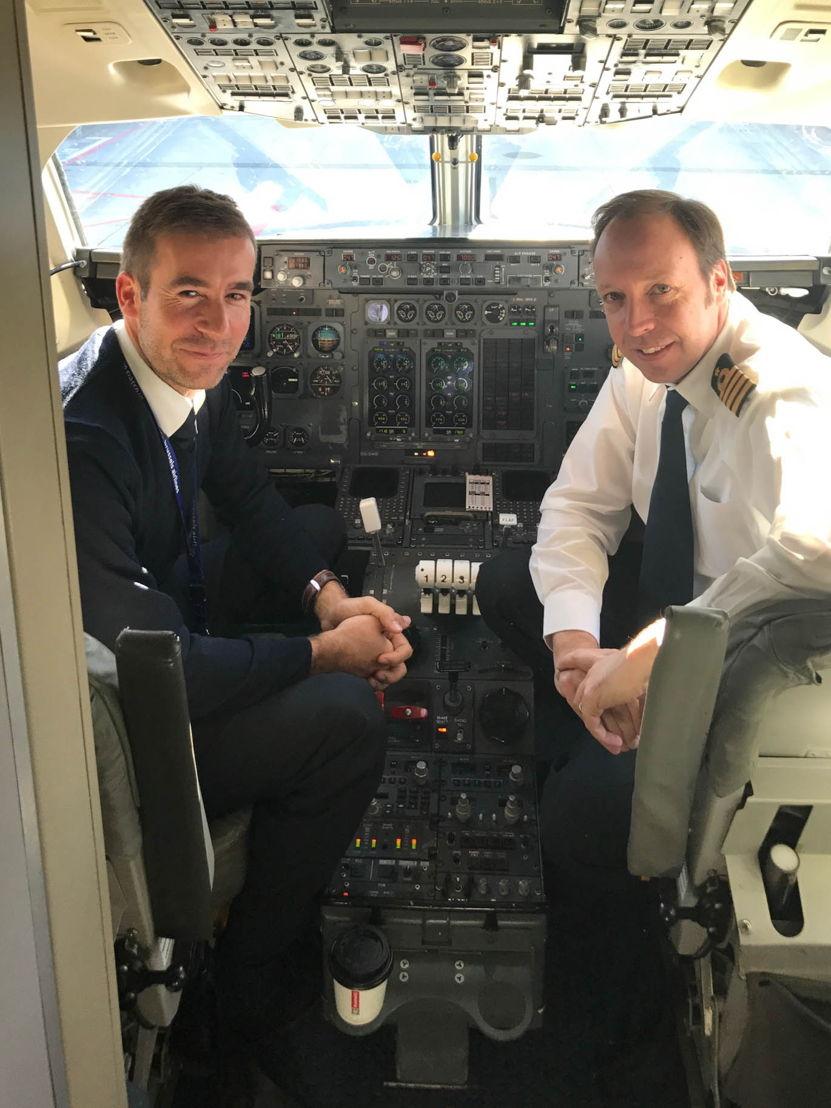 Captain Teugels en Captain Peeters in de cockpit