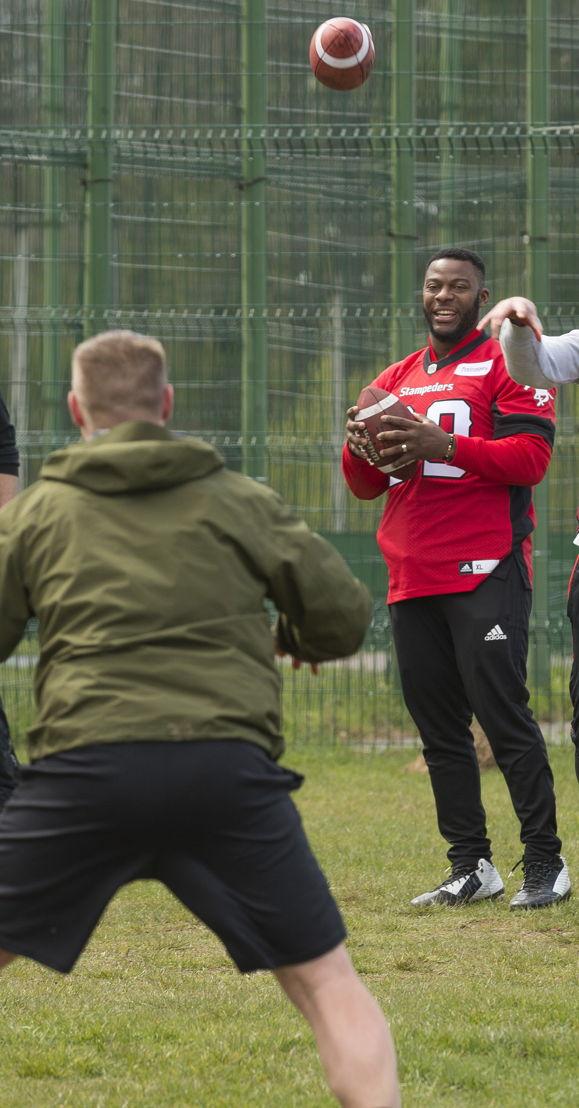 Charleston Hughes enseigne des exercices de football aux militaires déployés dans le cadre de l'opération UNIFIER à Starychi, en Ukraine. Photo : CplC Mathieu Gaudreault, Caméra de combat des Forces canadiennes
