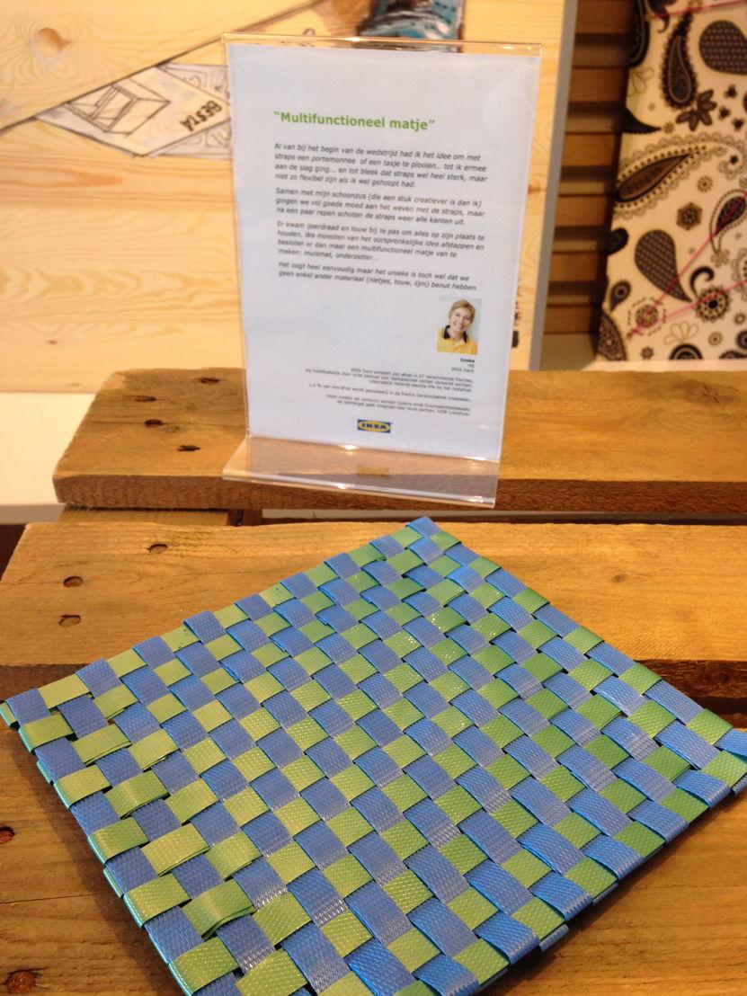 Placemats, geweven uit plastic strips van verpakkingsmateriaal