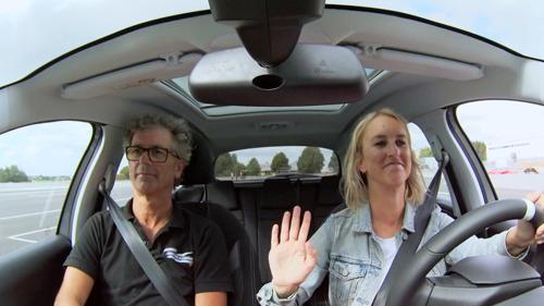 Kat en Lyn doen de test en kruipen morgen in Tipsy dronken achter het stuur