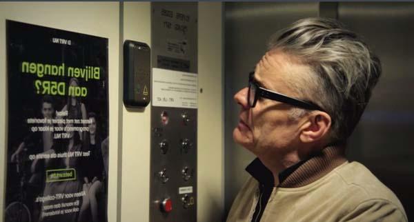 Marcel test een liftkabel (c) VRT