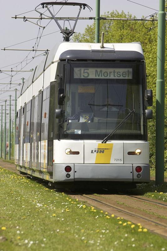 Een Antwerpse Hermelijntram. 51 Antwerpse Hermelijnen worden aangepast door Bombardier, zodat ze gekoppeld kunnen rijden.