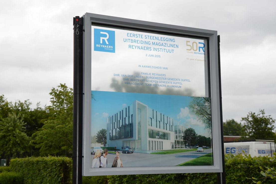 Informatiebord eerste steenlegging uitbreiding Reynaers in Duffel