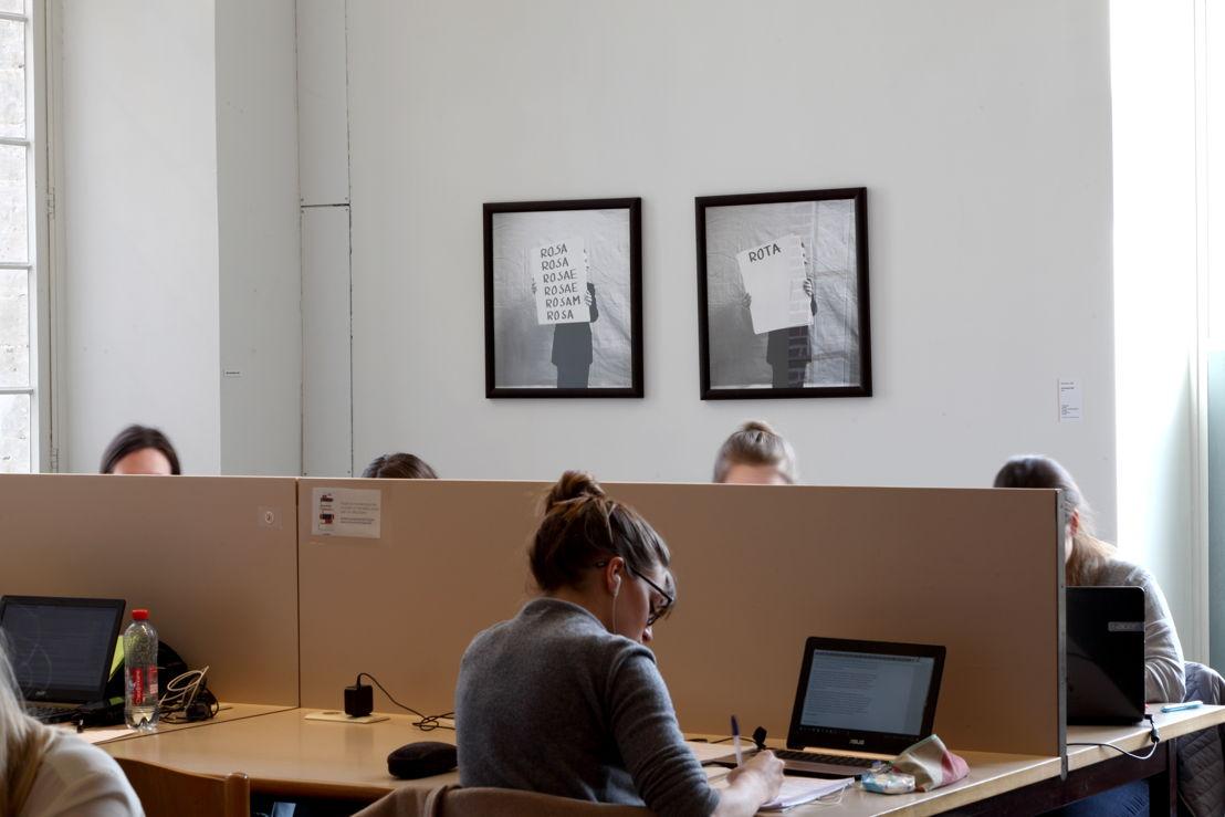 Installatiezicht &#039;Entre nous quelque chose se passe...&#039; in de Bibliotheek Faculteit Rechtsgeleerdheid KU Leuven. <br/>Kunstenaar en werk: Jan Vercruysse, Rosa/Rota (III) (1984)<br/>Foto © Dirk Pauwels