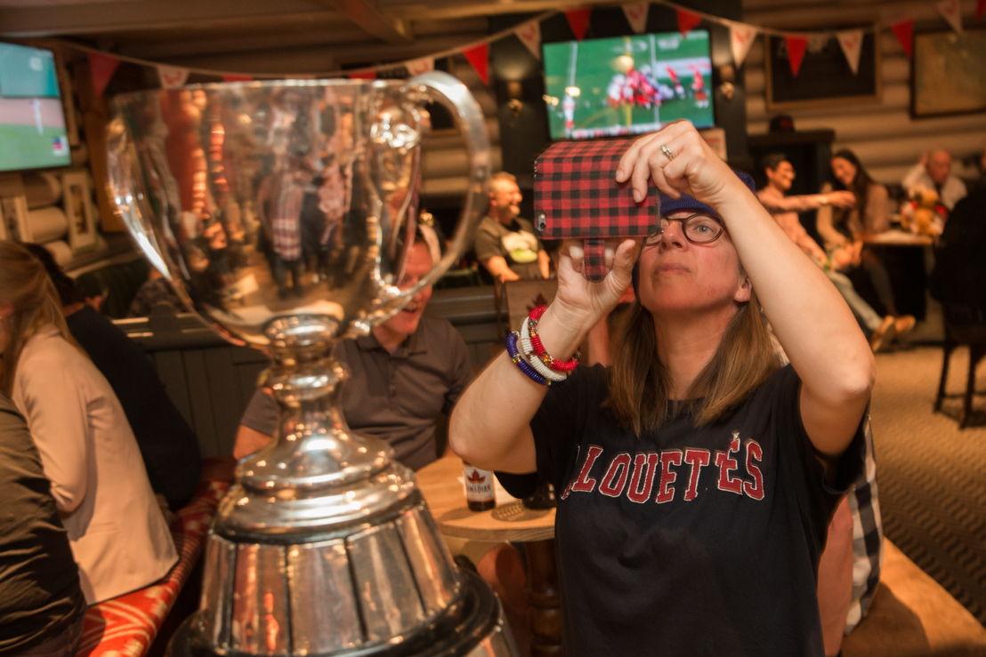 Une partisane des Alouettes de Montréal prend une photo avec la Coupe Grey. Crédit Photo : Jim Ross/LCF