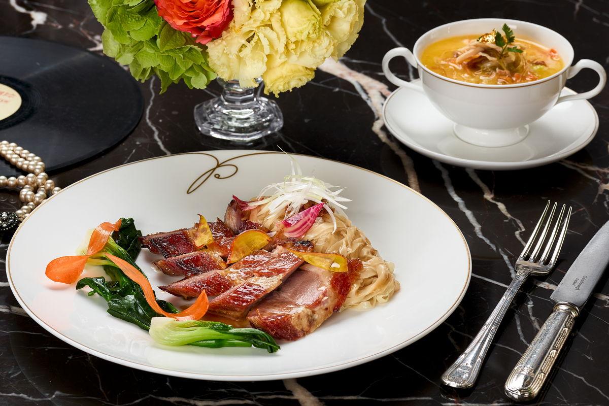 Cerdo mangalica a la barbacoa con mini vegetales y finos fideos de huevo