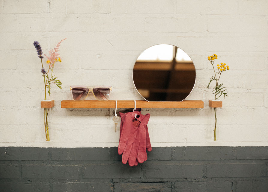 FIGR1 <br/>- miroir reflector - €35,95<br/>- étagère murale - €37,99<br/>- containers - €23,95