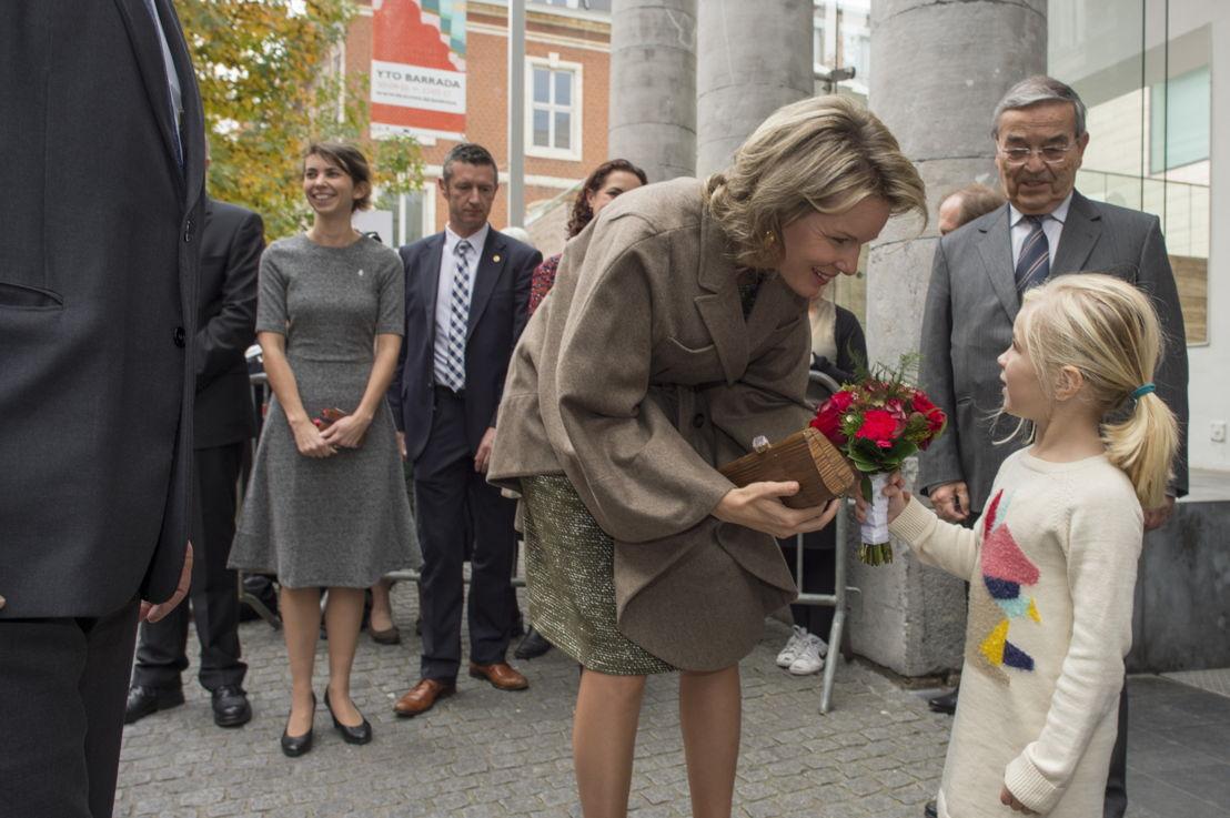 Koningin Mathilde neemt bloemen in ontvangst van Liv (4,5 jaar)<br/>(c) Rudi Van Beek