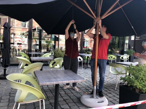 La direction et le personnel d'AB InBev donnent un coup de main dans les cafés pour la réouverture du 9 juin