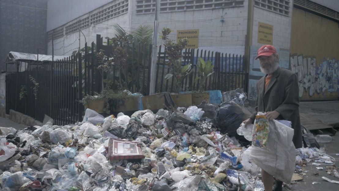 Puerta sin colores: arme man op vuilnisbelt - (c) Roel Nollet