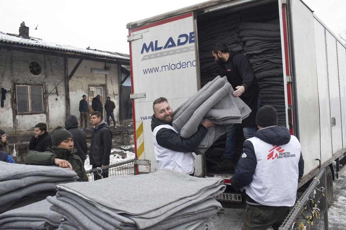 Teams van AZG delen dekens uit aan vluchtelingen in Belgrado © Marko Drobnjakovic