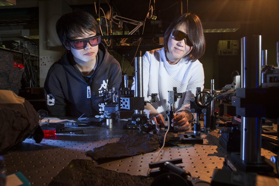 Shan Liu (left) and Yan Sheng from the ANU Research School of Physics and Engineering test nanocrystals in the lab. Image credit: ANU
