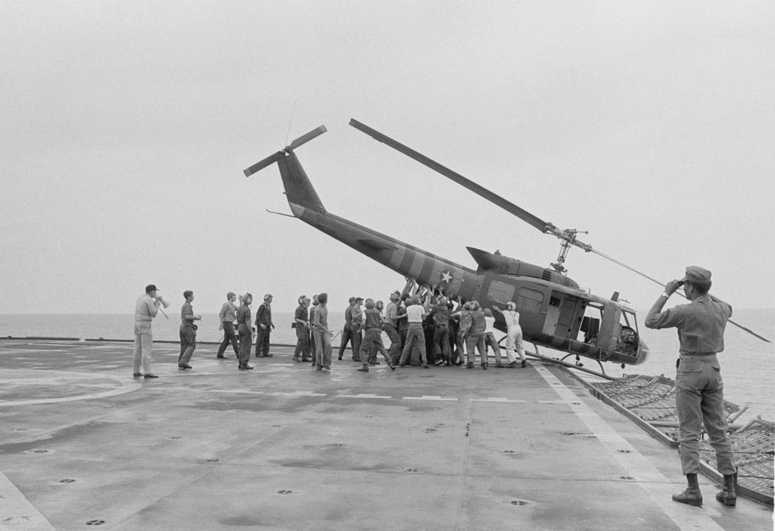 The Vietnam War - Aflevering 10: Amerikaanse soldaten duwen helikopter in zee tijdens evacuatie vanuit Saigon, 1975 - (c) AP Images