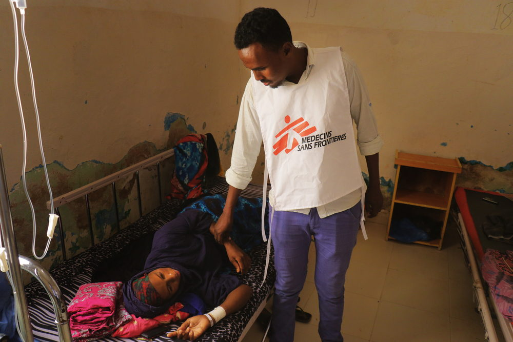 El  doctor Abdullahi Mohamed revisa a una paciente. Abdalle Mumin / MSF