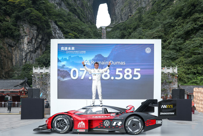 """7:38.585 minutes to reach """"Heaven's Gate"""" in China: Volkswagen sets first record on Tianmen Mountain with the ID.R"""