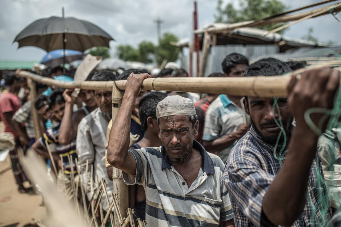 Abeda Khatum waits with other refugees for his turn to get food. Phtographer: Pablo Tosco