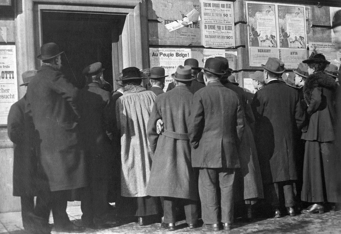 Burgers bekijken oorlogsaffiches (copyright: Het Rijksarchief in België)
