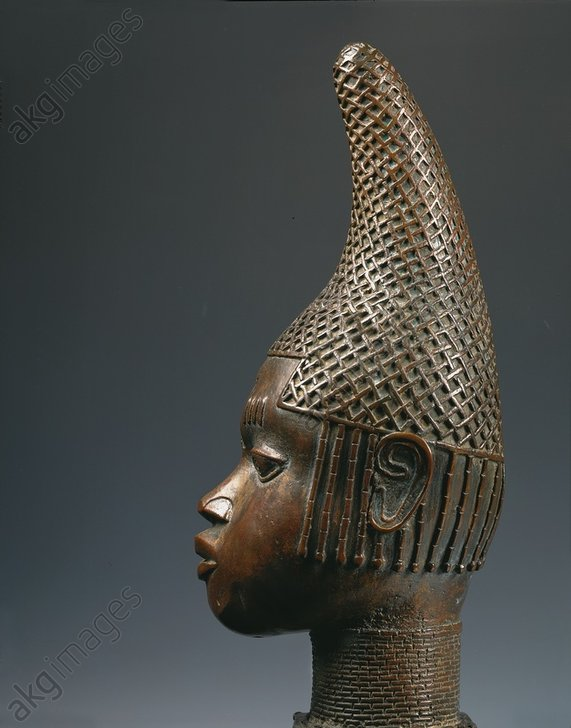Head of a Queen Mother. View in profile.<br/>Western African, Benin, Nigeria, 1515/1550.<br/>Bronze, height 52 cm.<br/>Lagos (Nigeria), National Museum.<br/><br/>AKG3108546
