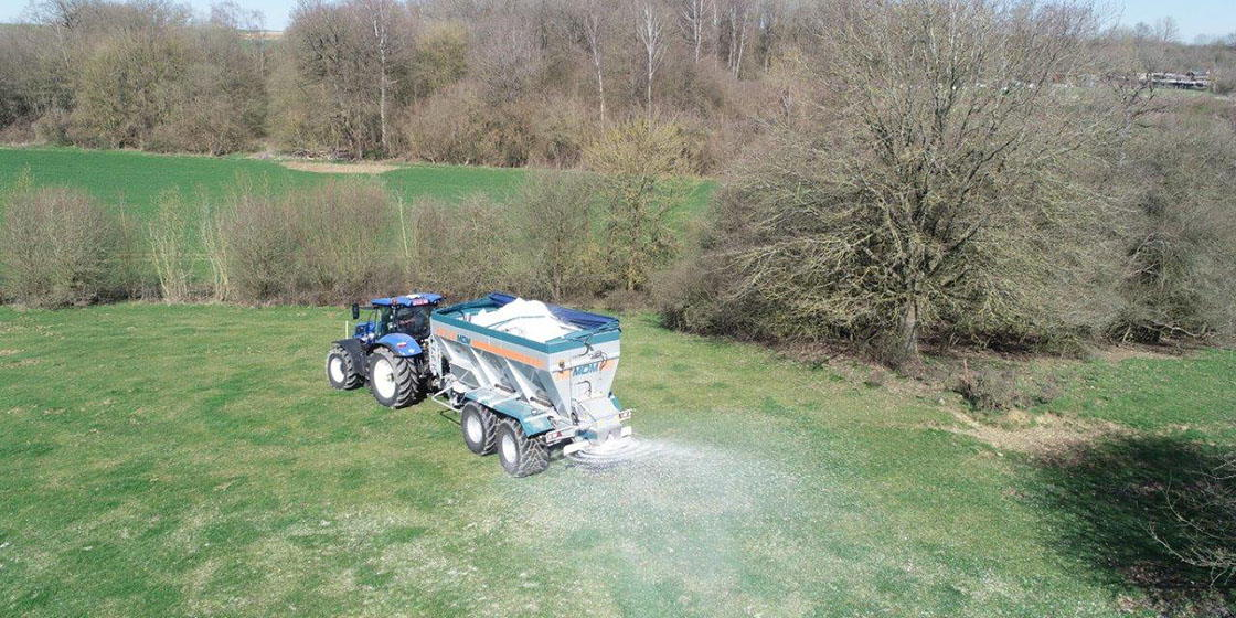 Om de bodem minder zuur te maken, kunnen landbouwers bekalken.