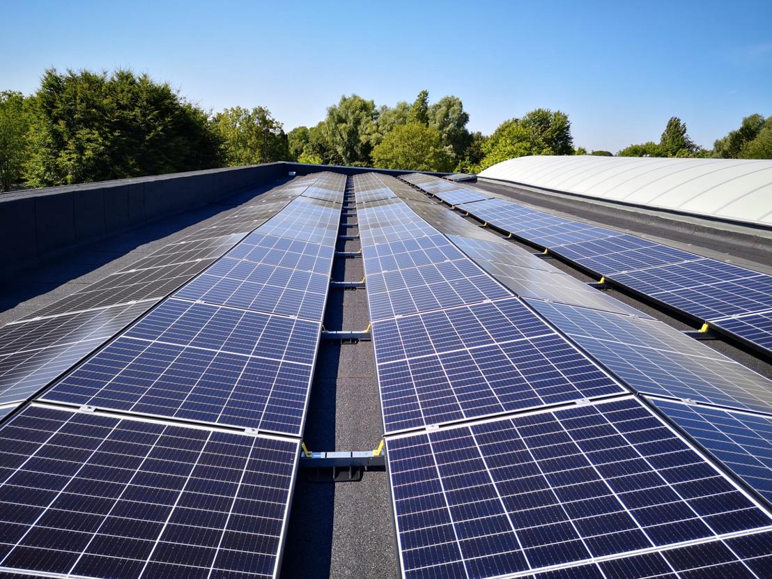 Sportcentrum Mounier kiest voor groene stroom en installeert samen met Luminus 614 zonnepanelen op zijn dak