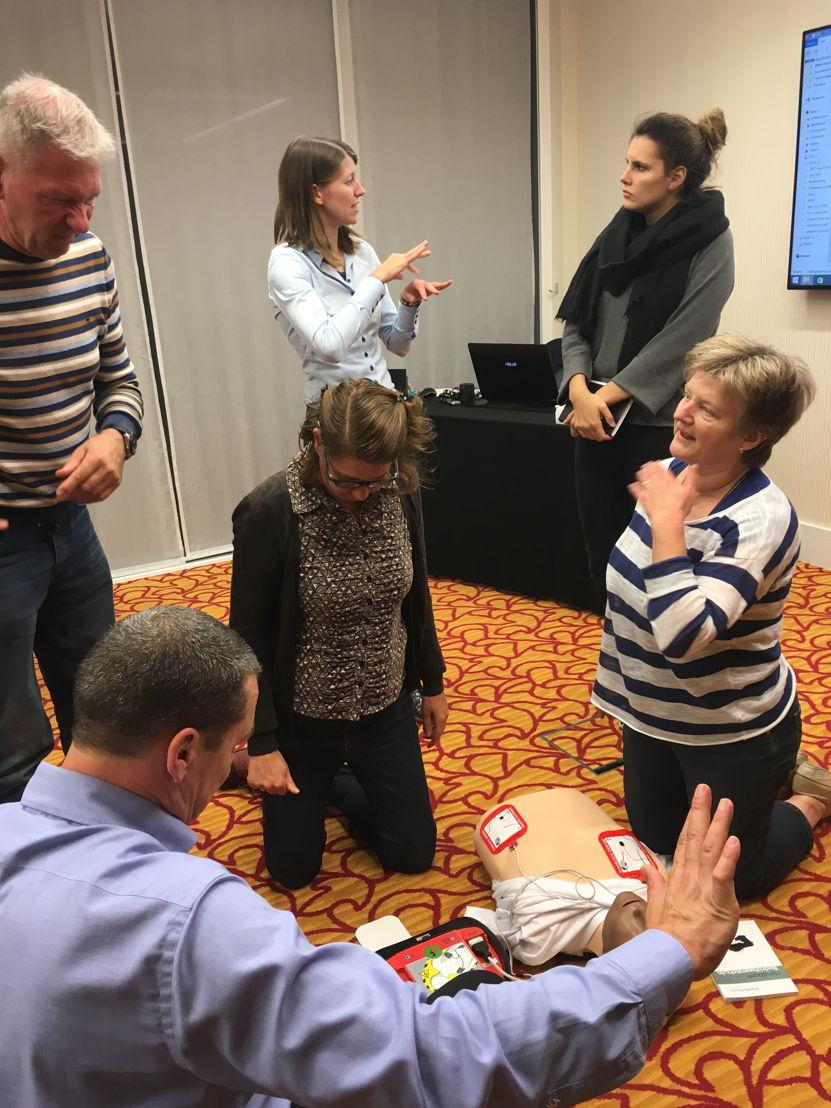 Leren werken met een AED zonder scherm.