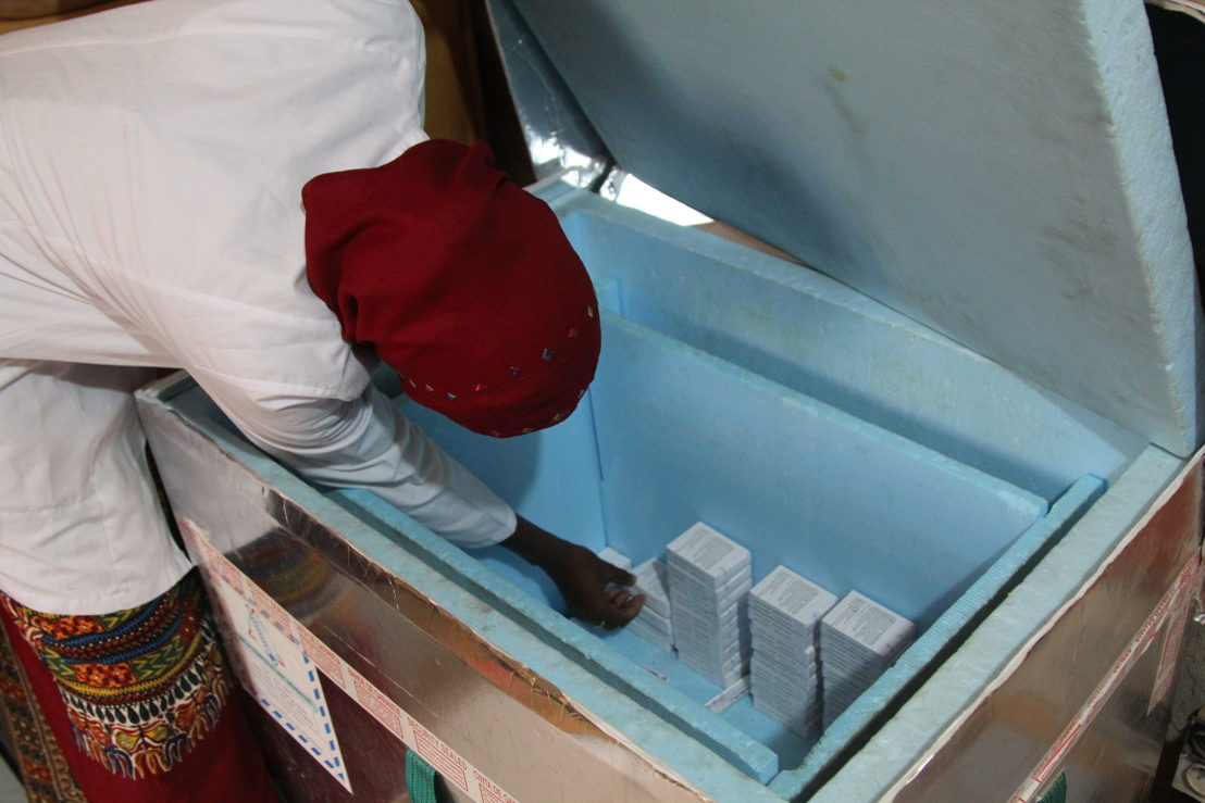Every weekend, the five health centres report on their stock levels and requirements so that all of the necessary vaccines can be delivered to them in simple insulated boxes.