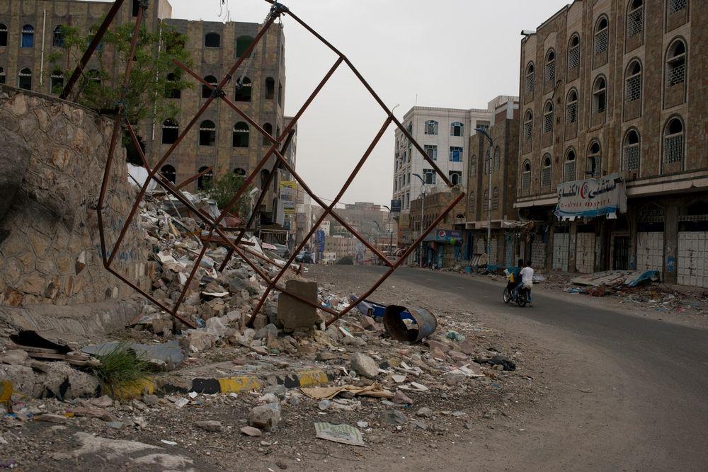 Alocalschoolsitsflattenedbyan<br/>airstrikeonJuly24,2015inTaiz,Yemen.<br/>Credit: Alex Potter